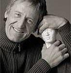 Uwe Karstaedt- Autor- Heilpraktiker trinkt basisches Wasserstoffwasser