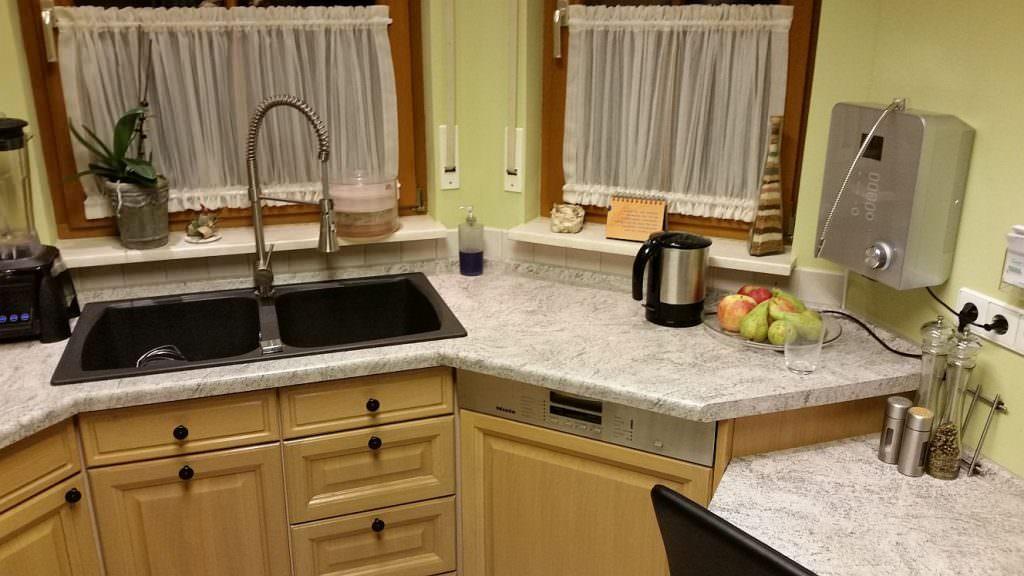 AquaVolta® Moses 7 Wasserionisierer - Installiert Küche - Abwasserschlauch in Siphon