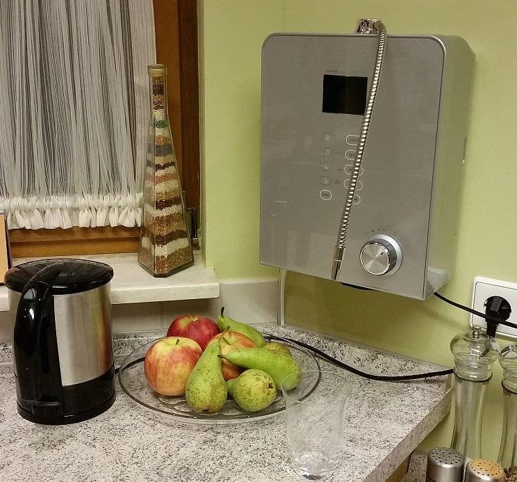 AquaVolta® Moses 7 Wasserionisierer - Installiert Küche - Abwasserschlauch in Siphon nah