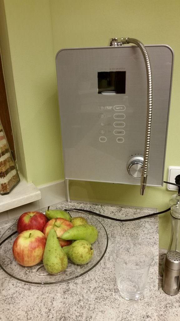 AquaVolta® Moses 7 Wasserionisierer - Installiert Küche - Abwasserschlauch in Siphon -sehr nah